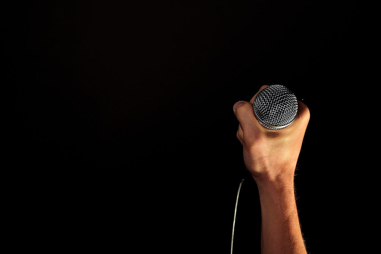כאן תחנת הממסר. רדיו, רדיו, רדיו – את משדרת!